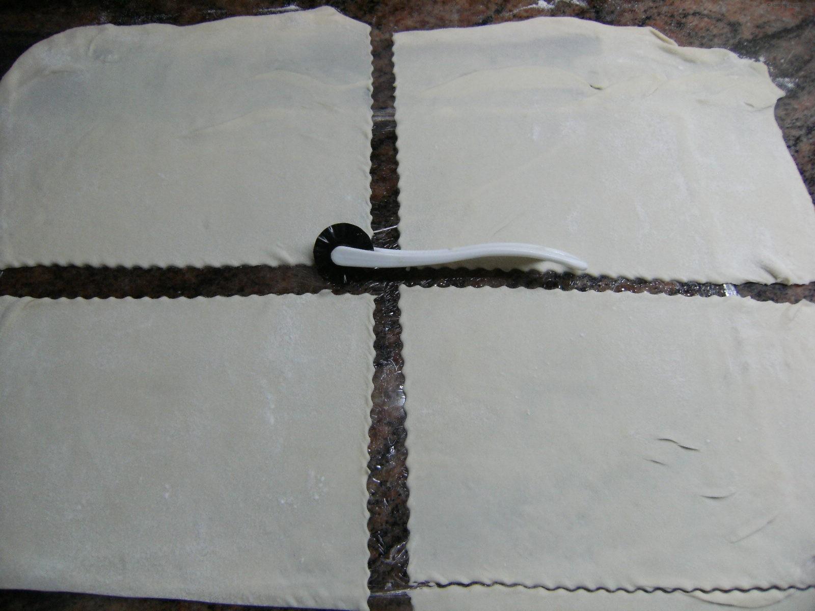 mit dem Rädchen teilen die Lasagneplatten