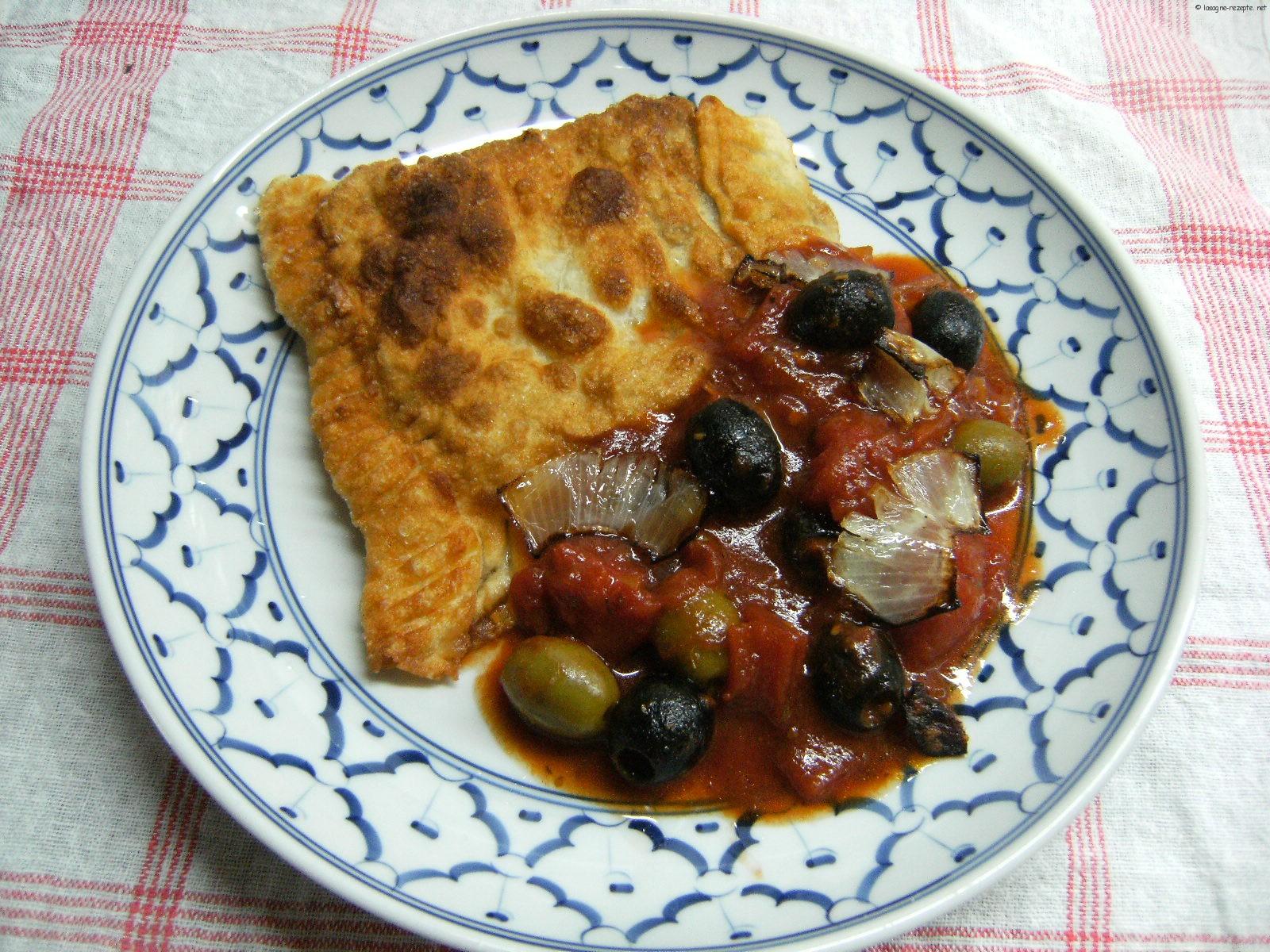 fertige Nudeltaschen mit einer Tomaten-Olivensauce