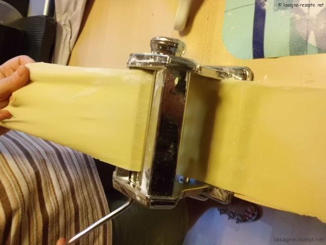 nach 30 Min. in der Nudelmaschine flach walzen und Nudelplatten herstellen