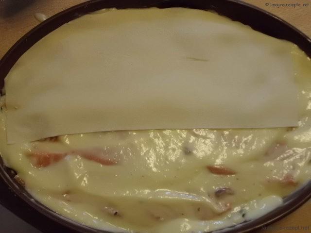 letzte Schicht mt Nudelplatten abdecken,Sauce und Käse drauf