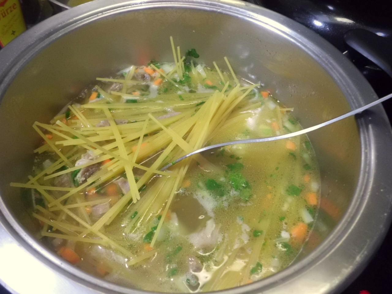 die Spaghetti in die kochende Brühe geben und unter ständigem rühren die Nudel locker halten.