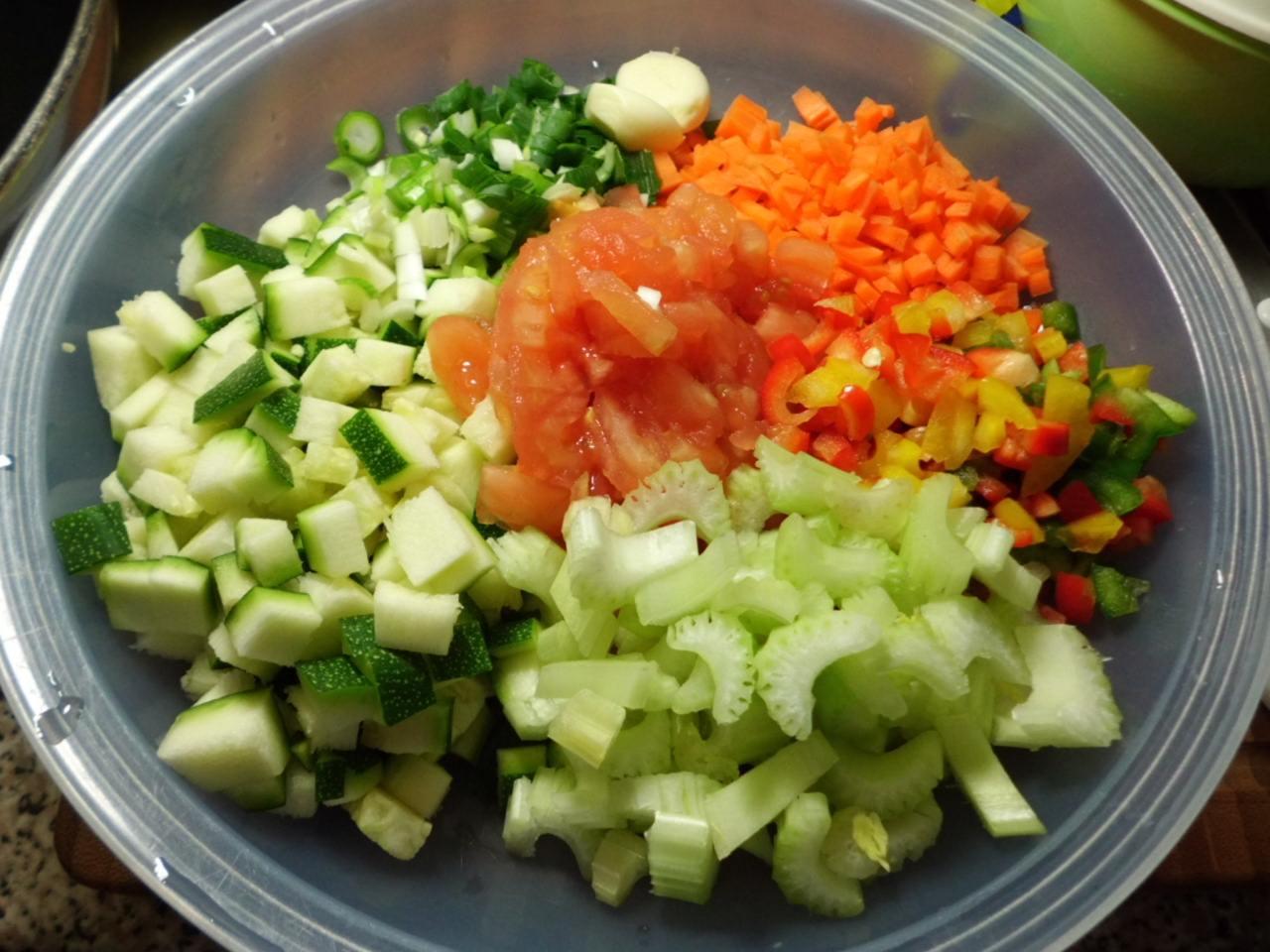 Gemüse Zutaten,Zucchini,Frühlingszwiebeln,Knoblauchzehen,Möhren,Paprika,Staudensellerie,Tomaten