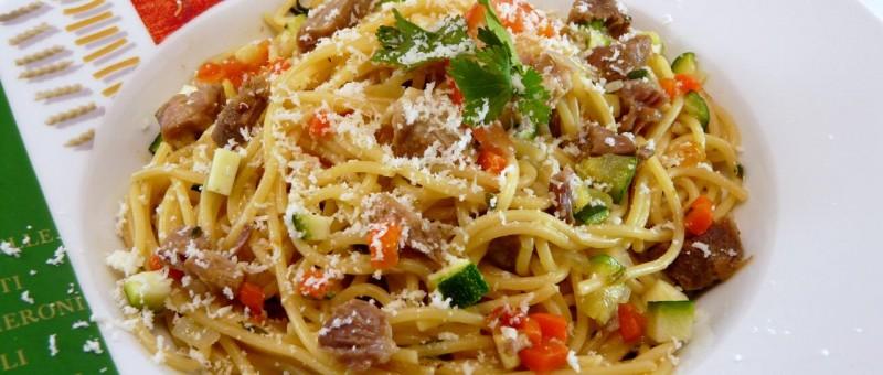 spaghetti mit gem se mediterranes nudelgericht mit lamm. Black Bedroom Furniture Sets. Home Design Ideas