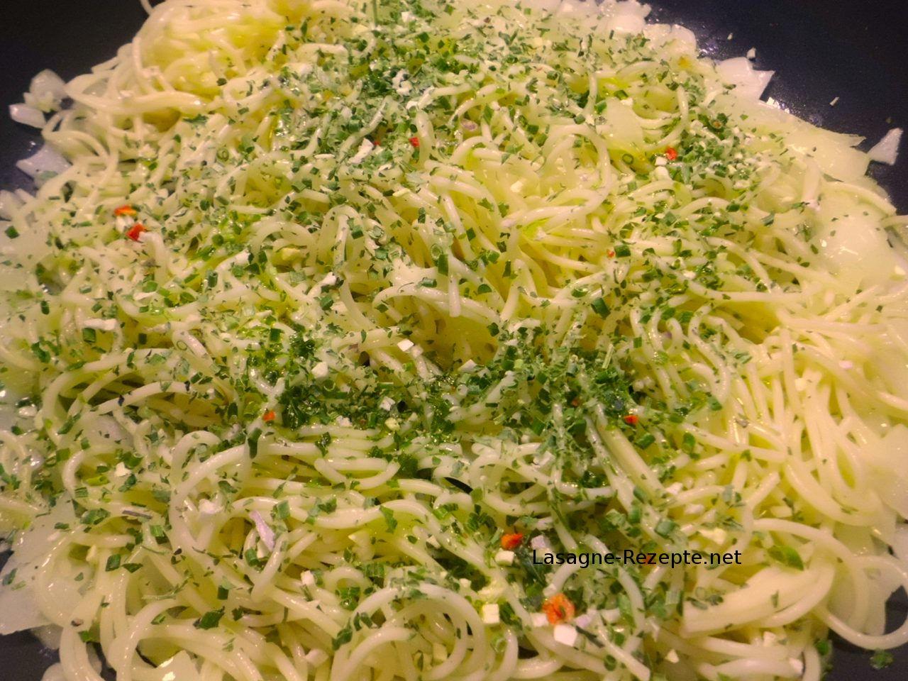 Spaghetti mit Kräuter vermischen
