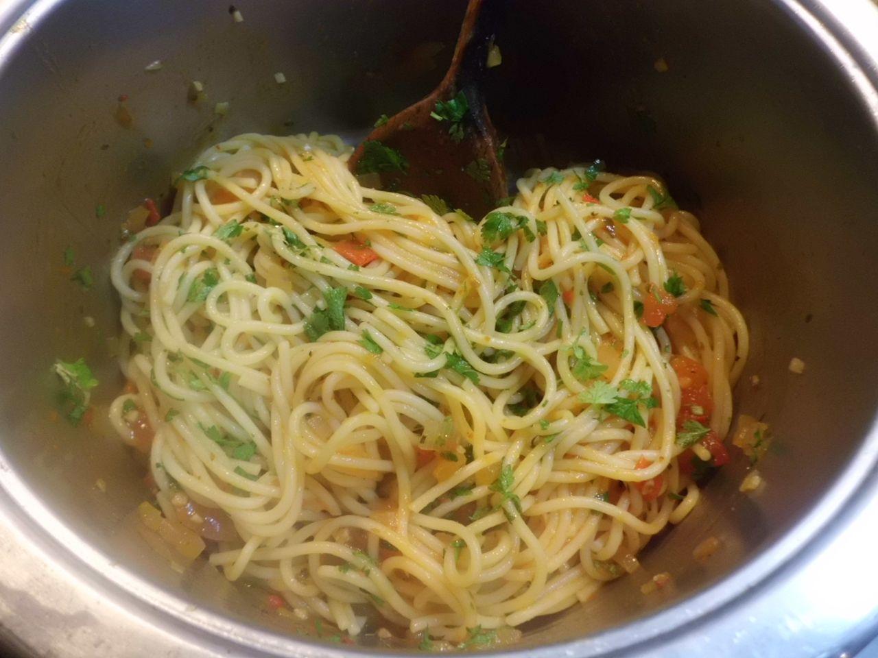 Spaghetti  unter die Arrabiata Soße und Kräuter heben