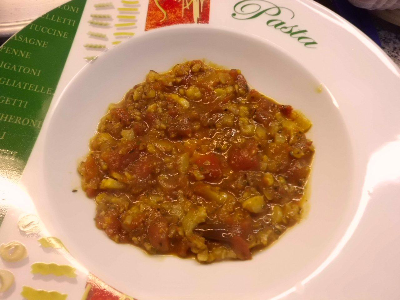 Zuerst etwas Blumenkohl-Bolognese Sauce in den Teller füllen