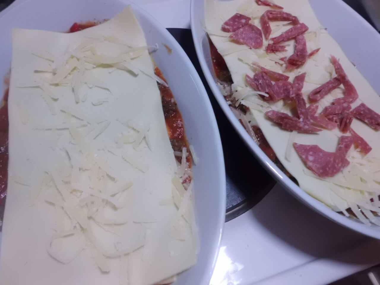 zum Schluss Käse, und Saucen verteilen, wer mag kann auch Salami auflegen