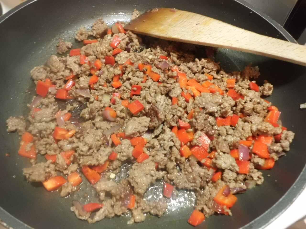 Hackfleisch mit Zwiebel, Knoblauch, Paprika und Möhrenstücke anbraten