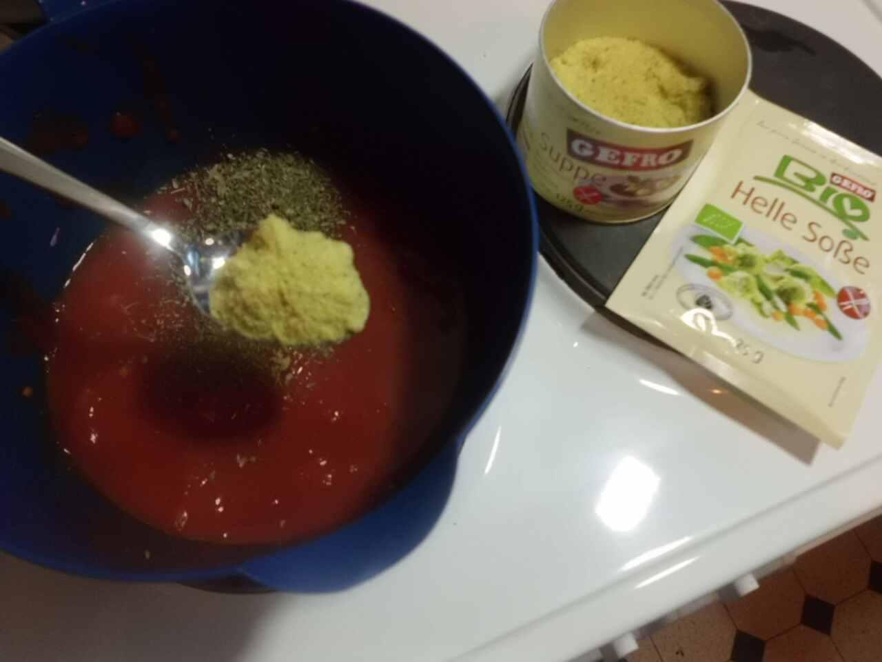 Dose Tomatenstücke mit etwas Suppe Instant würzen und aufkochen