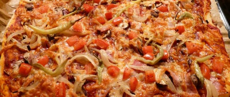 pizzateig selber machen f r eine leckere schinken pizza wie in italien. Black Bedroom Furniture Sets. Home Design Ideas