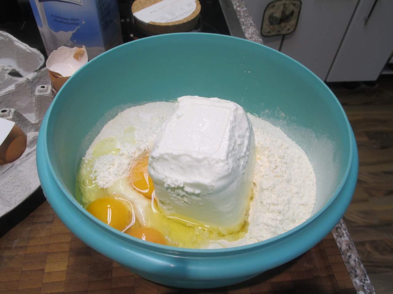 Dinkel Mehl, Quark, Backpulver und Eier  etwas Milch verrühren