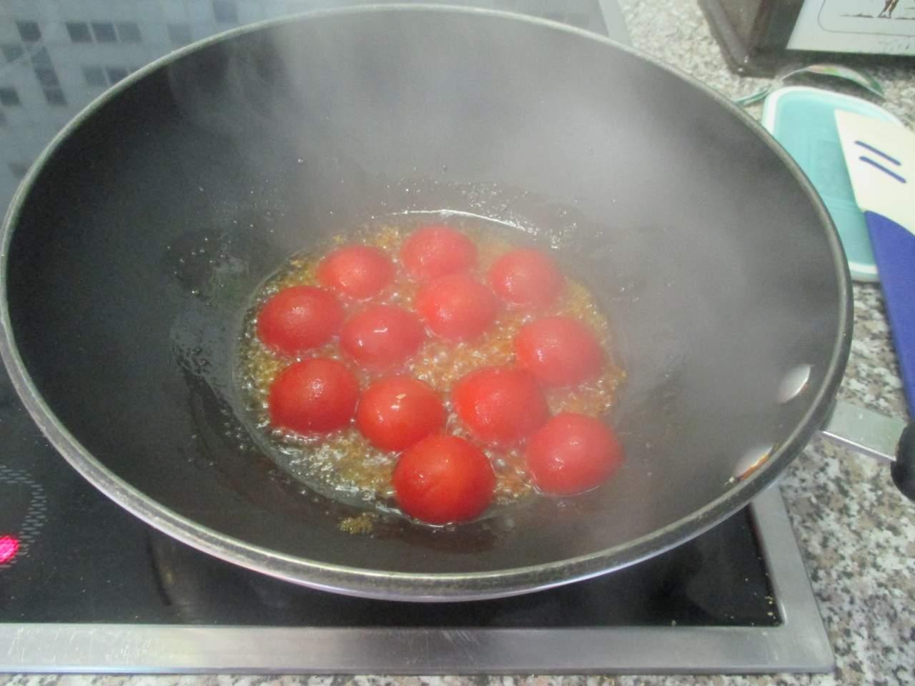 brauner Zucker mit halbierten Tomaten karamelisieren