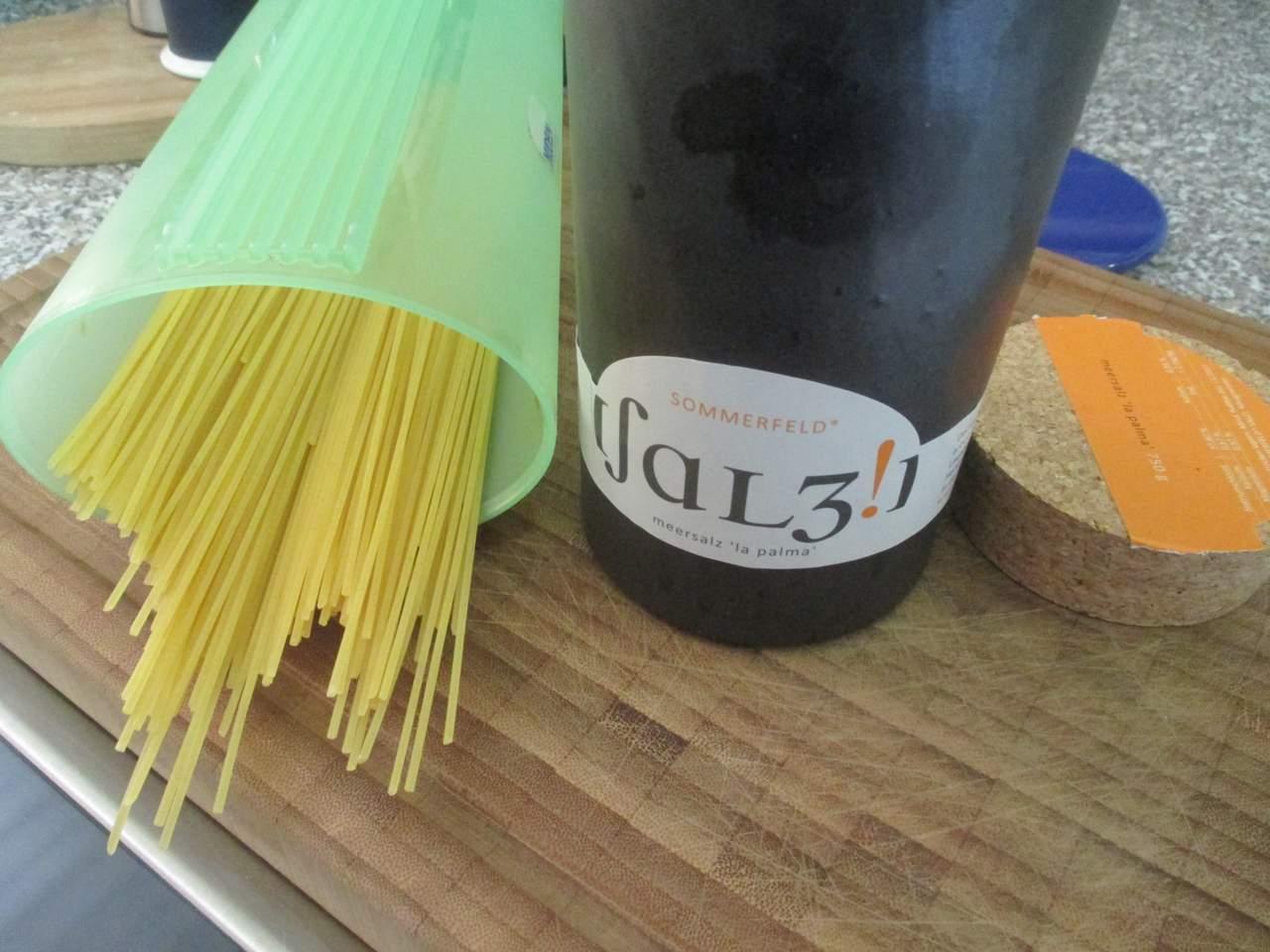 Spaghetti und Sommerfeld Salz in reichlich Wasser kochen (www.sommerfeldsalz.de)