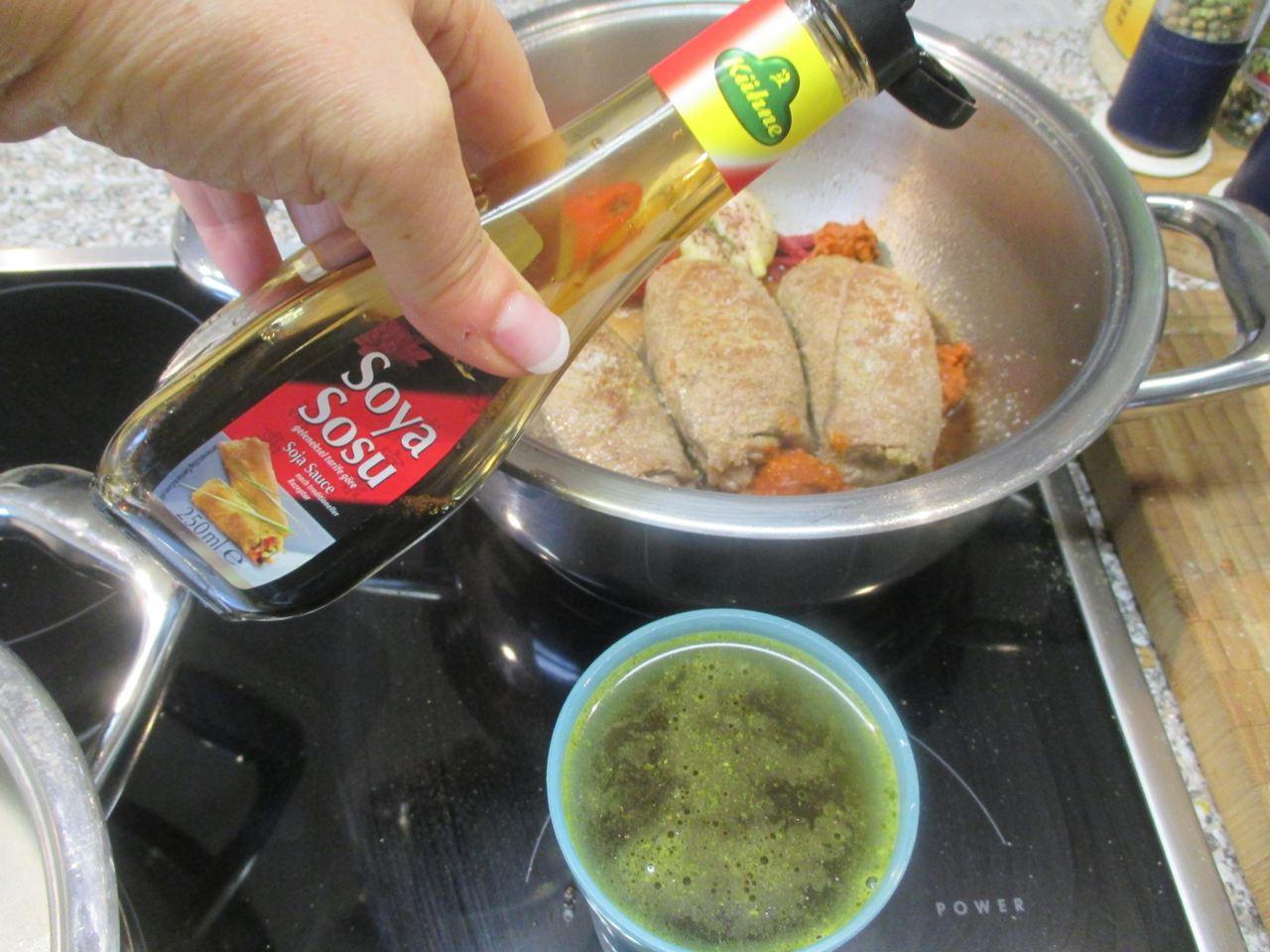 Beef Rouladen Sauce mit Soja-Sauce verfeinern
