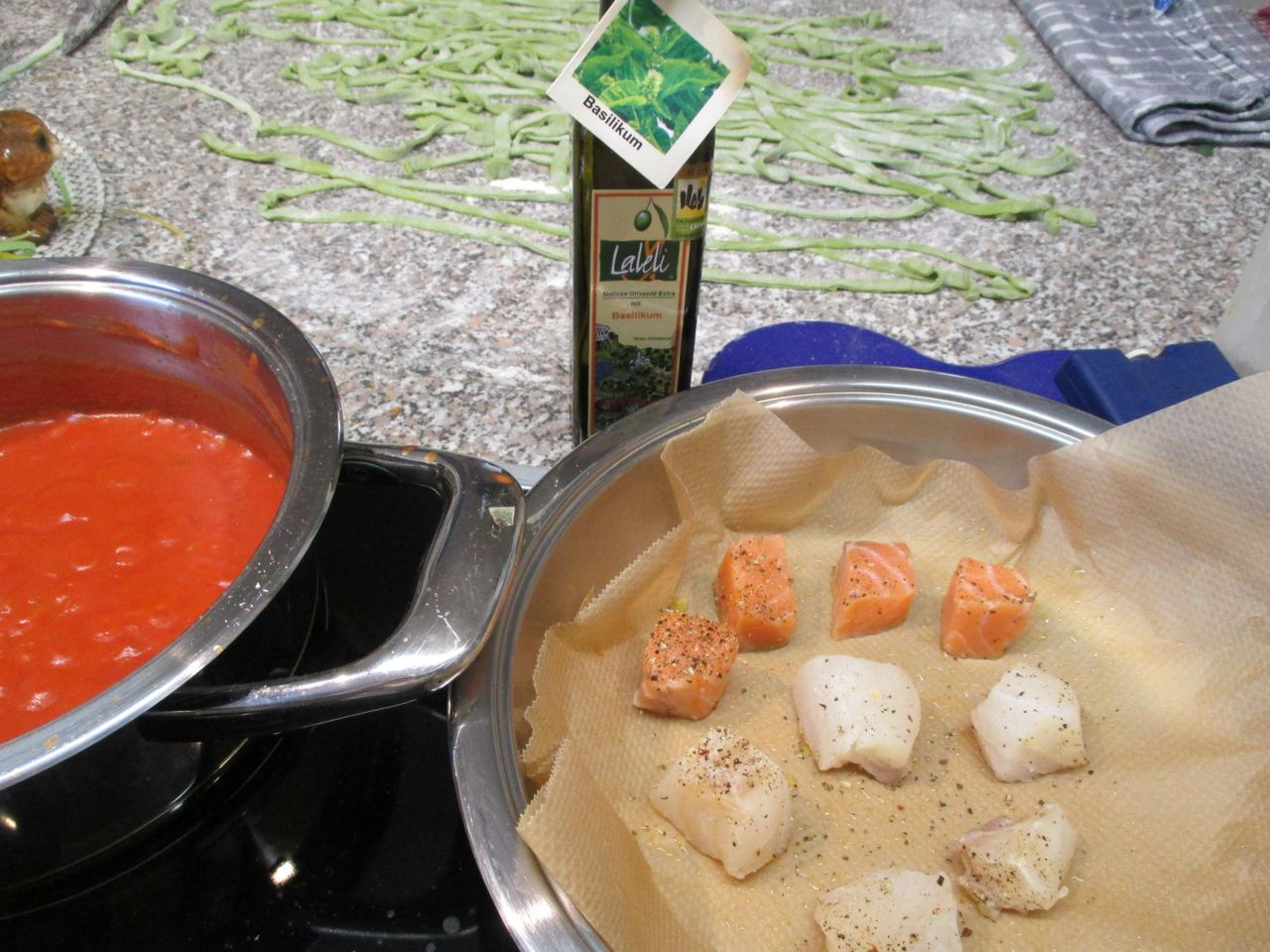Seelachs und Rotbarsch in einer Pfanne mit backpapier auslegen und die Fischwürfel braten.