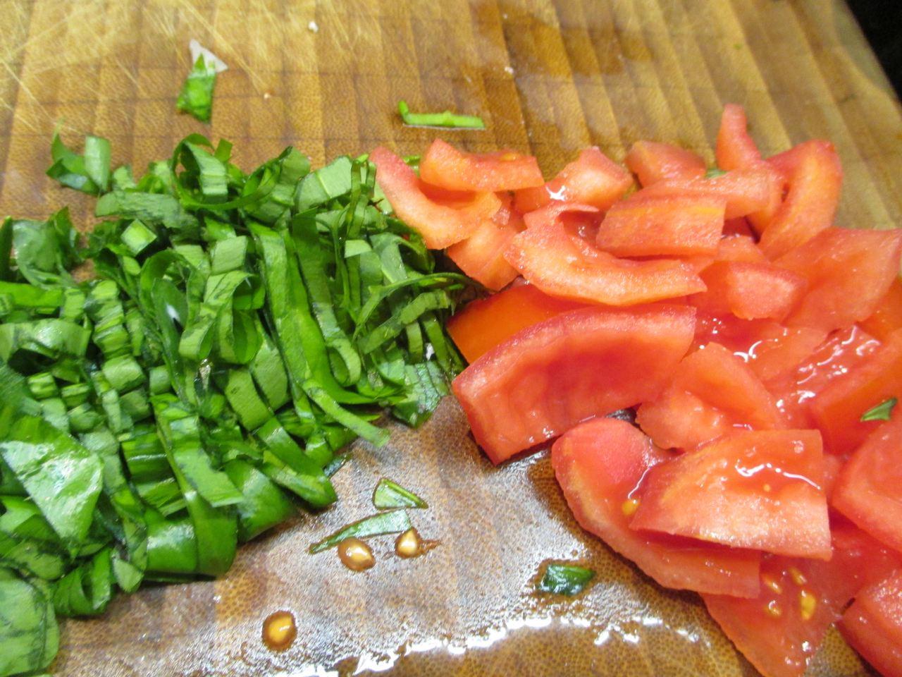 Bärlauch in Streifen schneiden und geschälte Tomaten in Streifen schneiden