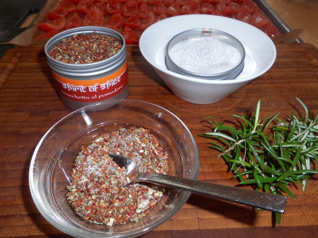 Gewürzmischung für die Tomaten in Olivenöl einlegen