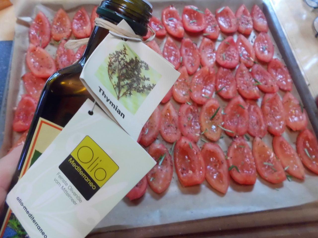 Thymianöl auf die Tomaten tropfen