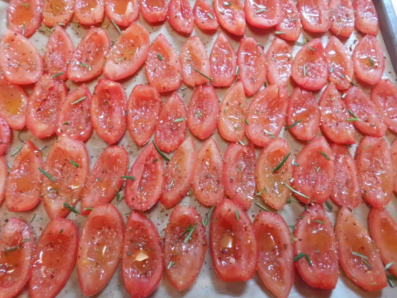 Halbierte Tomaten auf Backpapier